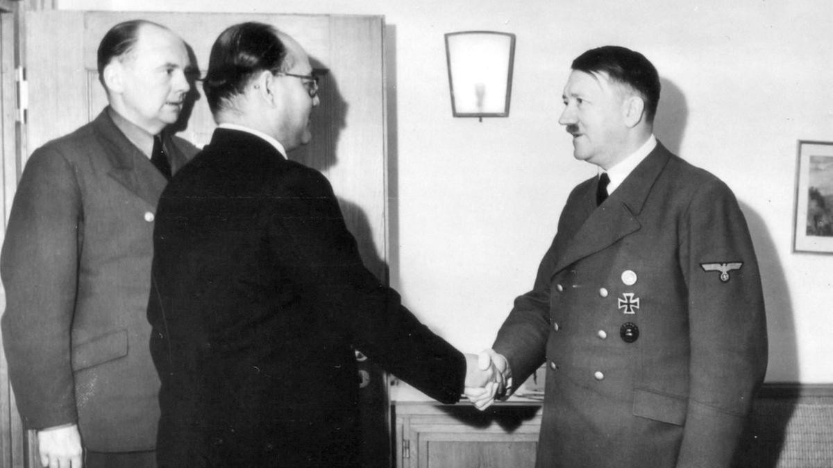 Subhash Chandra Bose shakes hands with Hitler in Berlin