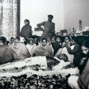 supporters-surround-the-body-of-gandhi-before-his-cremation