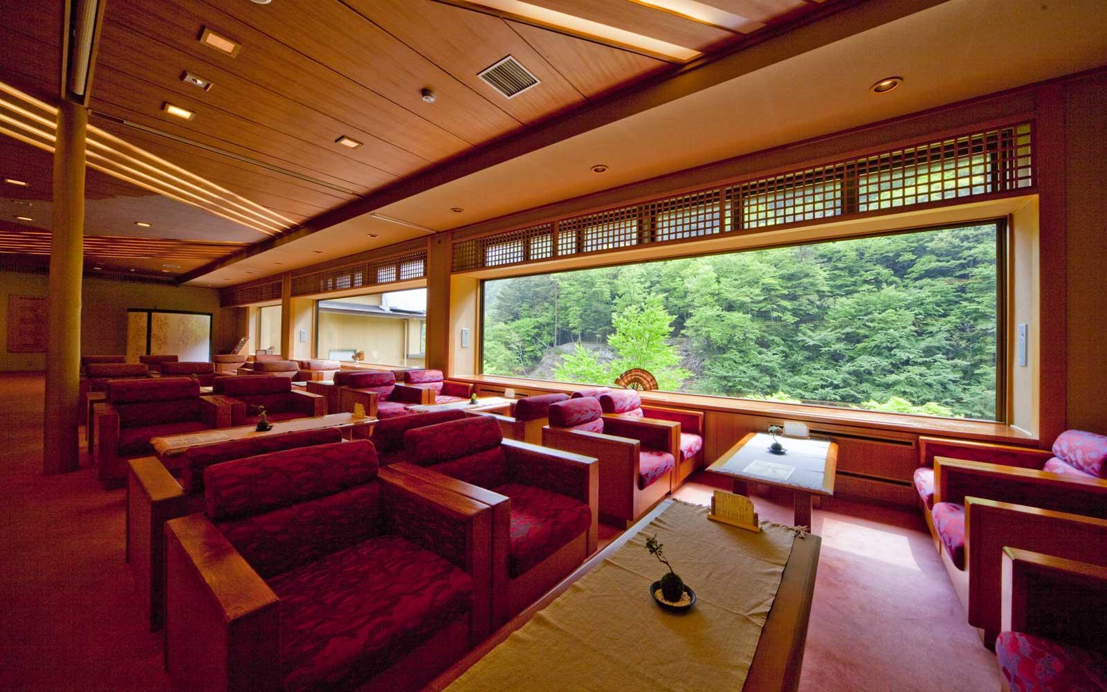nishiyama-onsen-keiunkan-lobby-OLDESTHOTEL0718